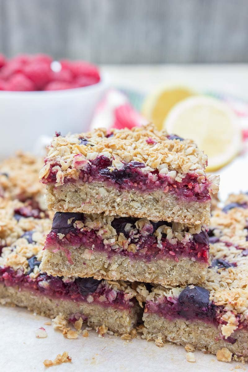 Wholesome Berry Banana Breakfast Oat Bars filled with fresh raspberries and blueberries, made with all HEALTHY ingredients. These bars are vegan, dairy-free, refined sugar-free and gluten-free. Perfect low-calorie summer breakfast that the whole family will devour. #vegan #glutenfree #sugarfree #dairyfree #healthy #oatmeal #oats #family #kidsfriendly #whole30 #weightloss #skinny #lowcalorie #wholegrain | natalieshealth.com