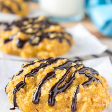 Pumpkin Oatmeal Cookies filled with aromatic spices and crunchy peanuts are the perfect Fall treat. These cookies are HEALTHY, refined sugar-free and just delicious! #healthy #cookies #pumpkin #fall #autumn #kids #snack #breakfast #easy #oats #chocolate | www.natalieshealth.com