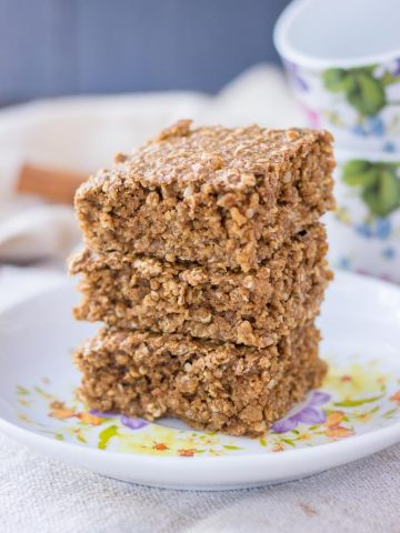 Cinnamon Roll Oatmeal Bake with hemp seeds